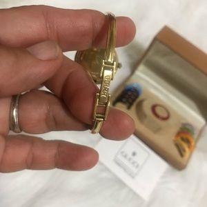 Gucci Jewelry - GUCCI VNTG Ladies Dress Bezel Bangle Watch 1100L